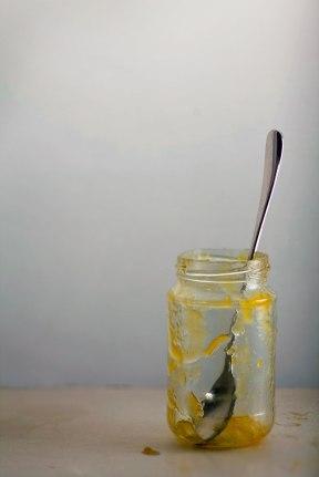 Leeres Marmeladenglas mit Löffel