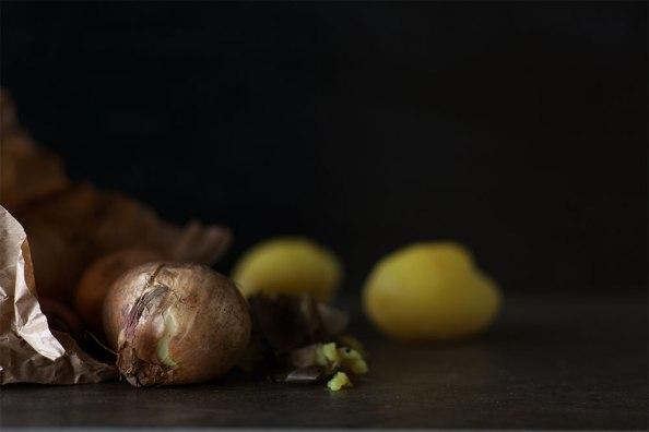 Zwiebeln und gepellte Kartoffeln