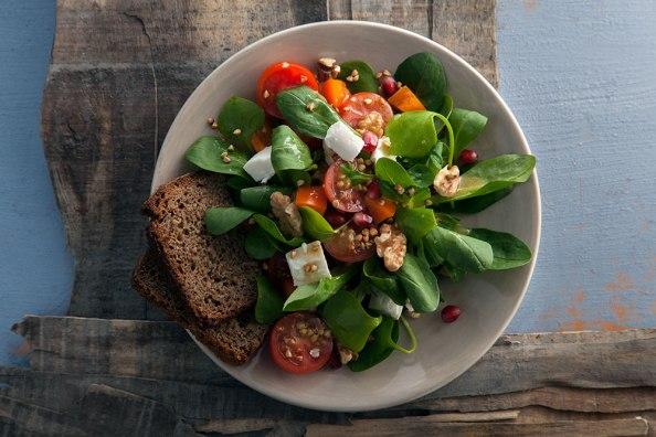 Feldsalat mit geroestetem Buchweizen, Walnuessen und Granatapfelkernen