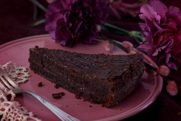 gefüllter Schokoladenkuchen auf rosa Teller